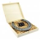 Hufeisen mit Gravur - echtes Glückshufeisen inklusive persönlicher Gravur auf Holzbox & Text für die Grusskarte