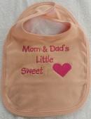 Hochwertiges Lätzchen bestickt mit Mom and Dads Little Sweet und Herz